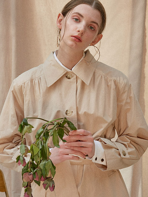 YOKE SHIRRING TRENCH COAT [BEIGE]